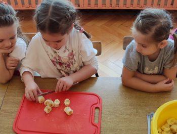 """Zajęcia kulinarne w grupie """"Wędrowniczki"""""""